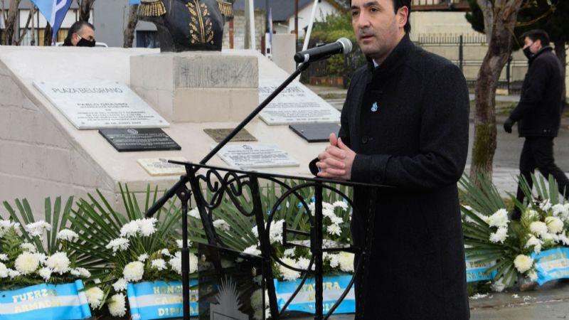 Con tono de agradecimiento, Grasso reconoció el esfuerzo realizado durante la pandemia en el acto del día de la bandera